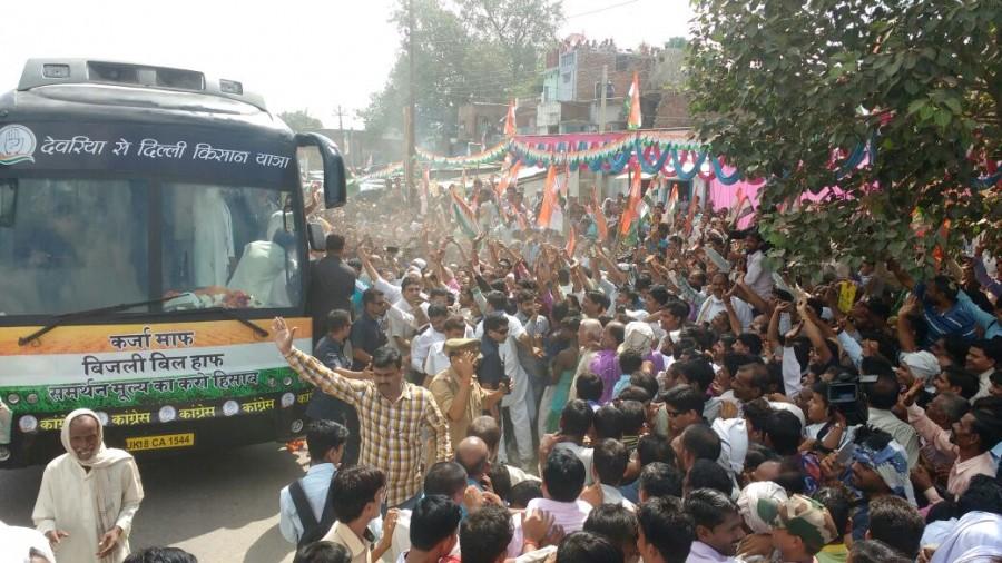 Rahul Gandhi,Congress Vice President Rahul Gandhi,Kisan Yatra,Rahul Gandhi in Sitapur,Shoe hurled at Rahul Gandhi,Rahul Gandhi Shoe hurled,Shoe hurled,Rahul Gandhi during his road show