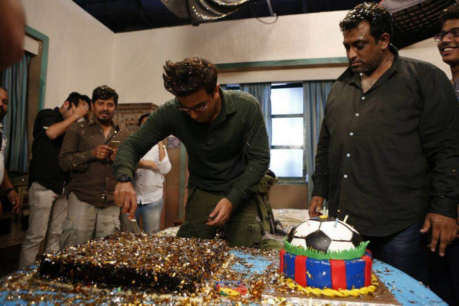 Ranbir Kapoor,Ranbir Kapoor celebrates his 34th birthday,Ranbir Kapoor birthday celebrations,Ranbir Kapoor 34th birthday celebrations,Jagaa Jasoos,Ranbir Kapoor celebrates birthday on the sets of Jagaa Jasoos,bollywood movie Jagaa Jasoos,Ranbir Kapoor bir
