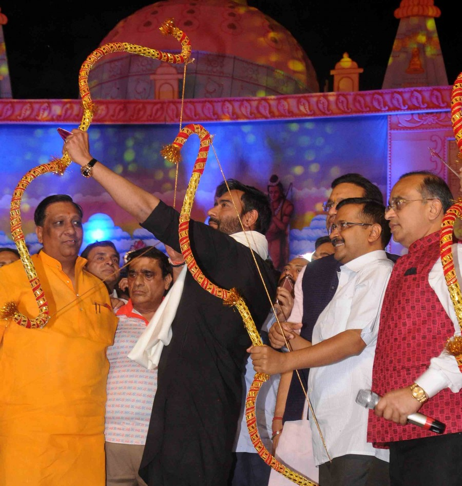 Ajay Devgn,Ajay Devgn burns Ravana effigy,Dussehra,Dussehra celebrations,Dussehra festival,Navratri festival,Navratri,Sayyeshaa,Erika Kaar,Abigail Eames