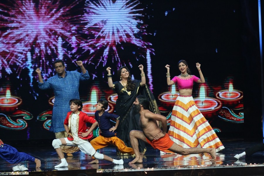 Baba Ramdev,Anurag Basu,Geeta Kapoor,Shilpa Shetty,Super Dancer,reality show,Baba Ramdev demonstrates Yoga,Baba Ramdev on Super Dancer