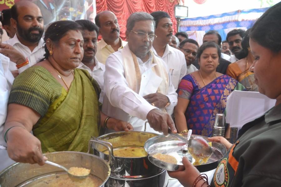 CM Siddaramaiah,Chief Minister Siddaramaiah,Karnataka Chief Minister Siddaramaiah,G Padmavathi,midday meals,BBMP workers,BBMP,Bruhat Bengaluru Mahanagara Palike