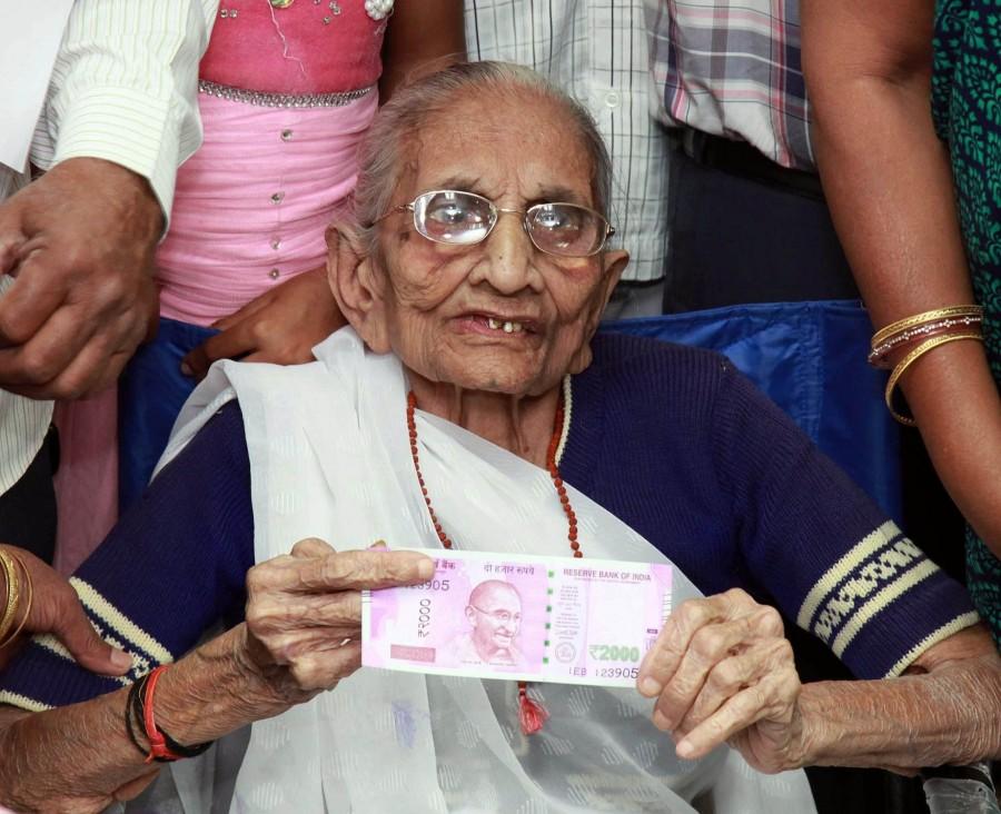 Narendra Modi,Narendra Modi mother,Narendra Modi mother Heeraben Modi,Heeraben Modi,Heeraben Modi visits bank,exchange currency