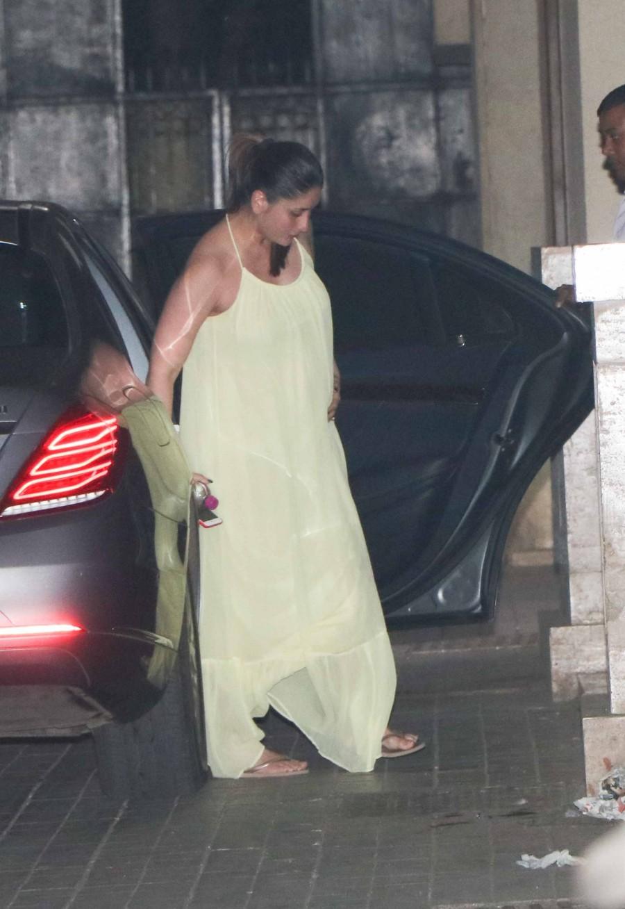 Kareena Kapoor,Kareena Kapoor khan,kareena kapoor khan baby,Kareena Kapoor baby bump,Kareena Kapoor spotted at Malaika Arora house,Kareena Kapoor at Malaika Arora house,Malaika Arora house,Malaika Arora
