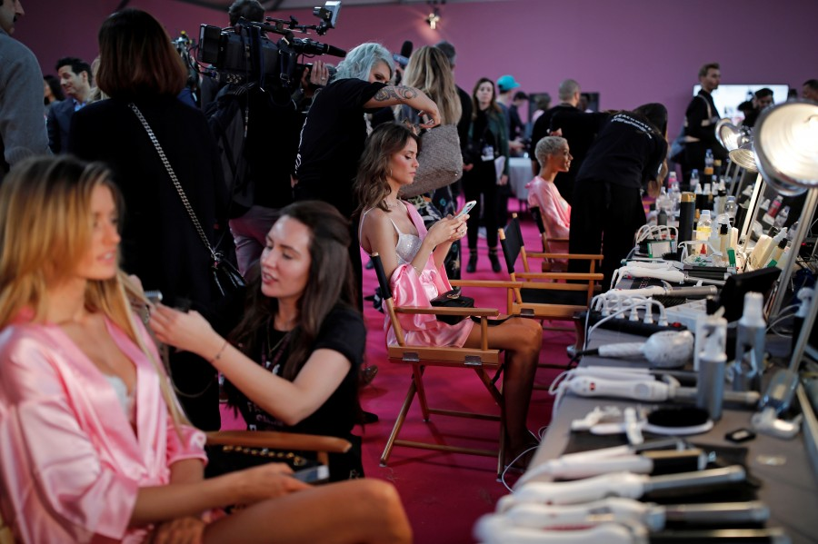 Victoria's Secret Fashion Show 2016,Victoria's Secret Fashion Show,Victoria's Secret Fashion Show 2016 behind the scene,Behind the scenes photos,sexiest TV events,sexiest TV event of the year,Adriana Lima,Kendall Jenner,Grace Elizabeth,Gigi Hadid,Victoria