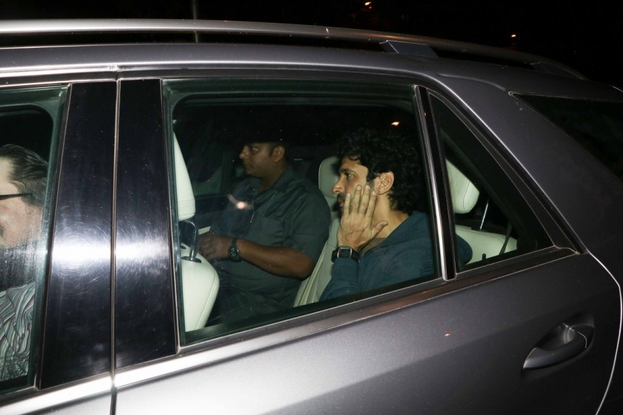 Farhan Akhtar spotted at Bandra,Farhan Akhtar at Bandra,Farhan Akhtar latest pics,Farhan Akhtar latest images,Farhan Akhtar latest photos,Farhan Akhtar latest stills,Farhan Akhtar latest pictures,Farhan Akhtar pics,Farhan Akhtar images,Farhan Akhtar photo