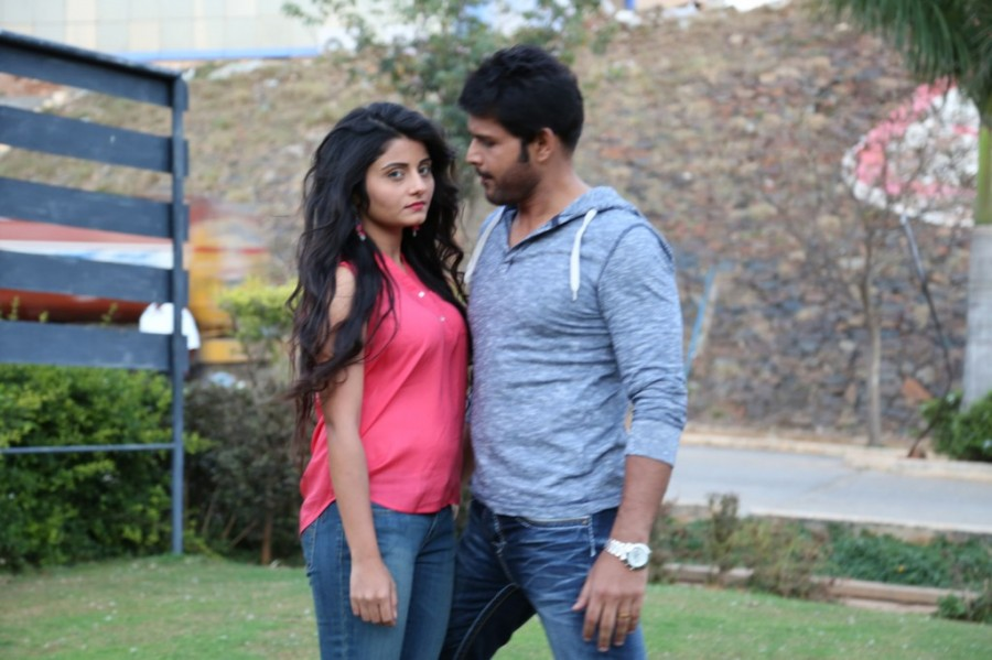 Oru Melliya Kodu,tamil movie Oru Melliya Kodu,Oru Melliya Kodu Movie pics,Arjun,Shaam,Asha Bhat,Seetha,Oru Melliya Kodu Movie stills