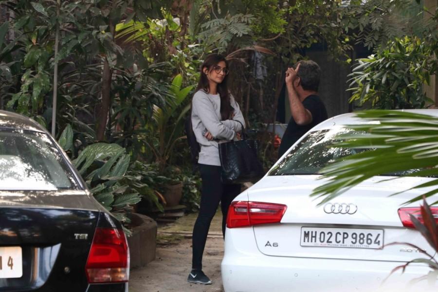Sonam Kapoor,actress Sonam Kapoor,Sonam Kapoor spotted at R Balki office,R Balki office,Sonam Kapoor latest pics,Sonam Kapoor latest images,Sonam Kapoor latest photos,Sonam Kapoor latest stills,Sonam Kapoor latest pictures