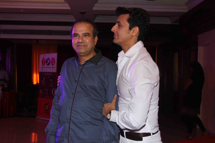 Singer Sonu Nigam during the launch of IKL,Singers Sonu Nigam and Suresh Wadkar,Bollywood Celebs,bollywood latest events,Launch of IKL photos,Launch of IKL images,Latest bollywood news