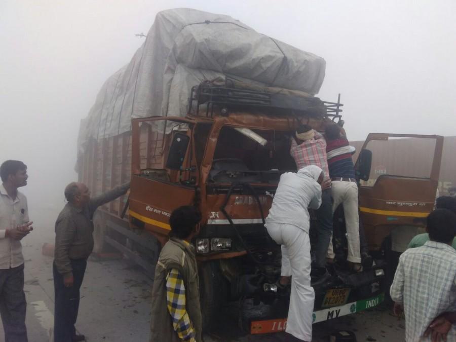Delhi Smog,#DelhiSmog,Yamuna Expressway,Car collision on Yamuna Expressway,dense smog,Gautam Buddha Nagar,Agra & Mathura
