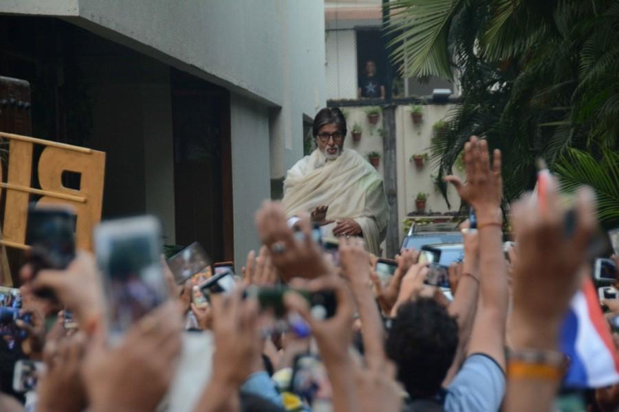 Amitabh Bachchan,actor Amitabh Bachchan,Amitabh Bachchan meets fan,Amitabh Bachchan greets fans