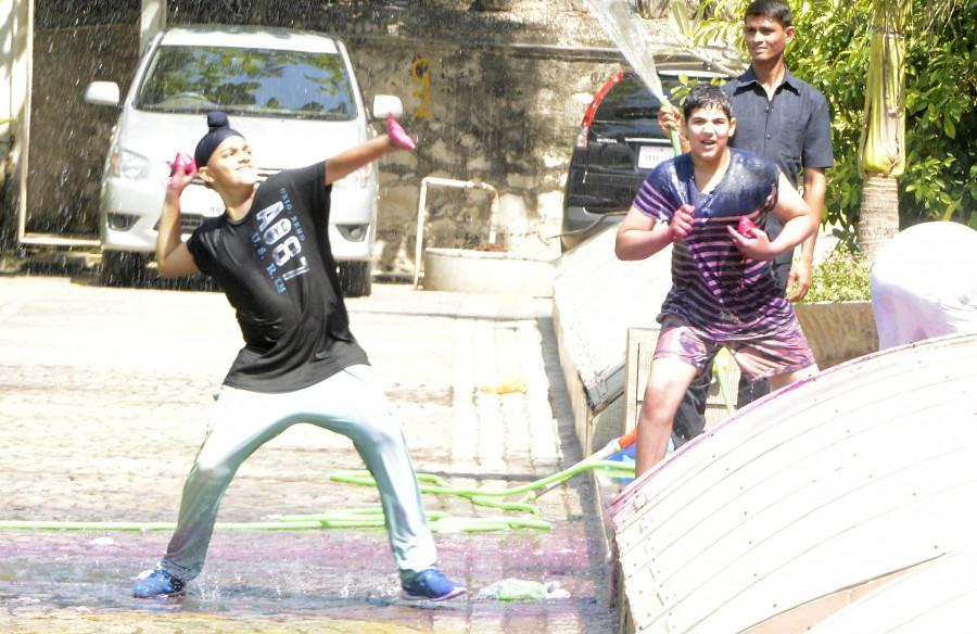 Akshay Kumar,holi celebration,Holi 2015,#HappyHoli,Arav Kumar,Akshay Kumar's son Arav,Bollywood holi,Photos,Twitter