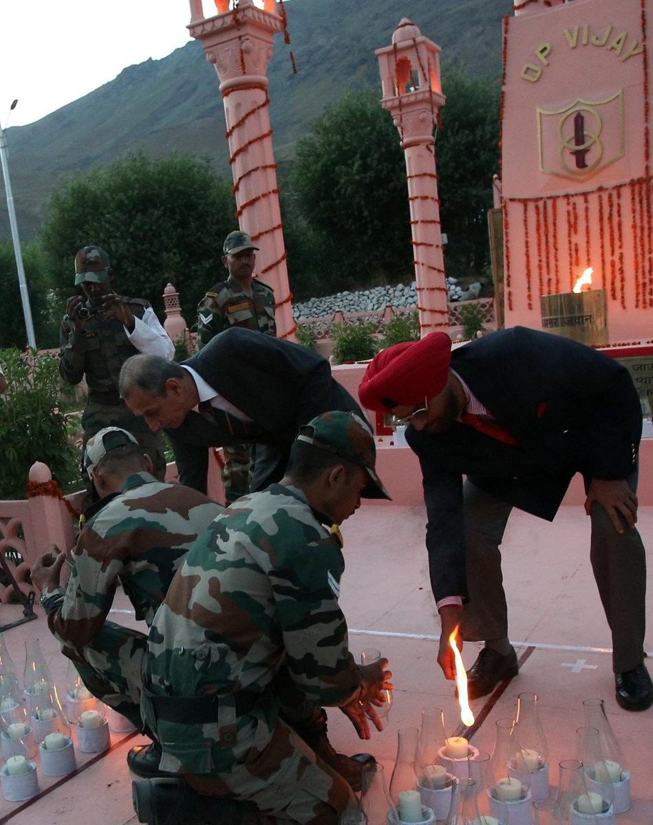 Kargil Vijay Diwas,India pays tribute,Kargil War,17th Kargil Vijay Diwas,India pays tribute to martyrs of the Kargil War on 17th Kargil Vijay Diwas,Indian soldiers,brave Indian soldiers