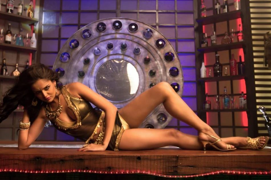 """Nathalia Kaur in """"Dan Dan"""" Item Song"""