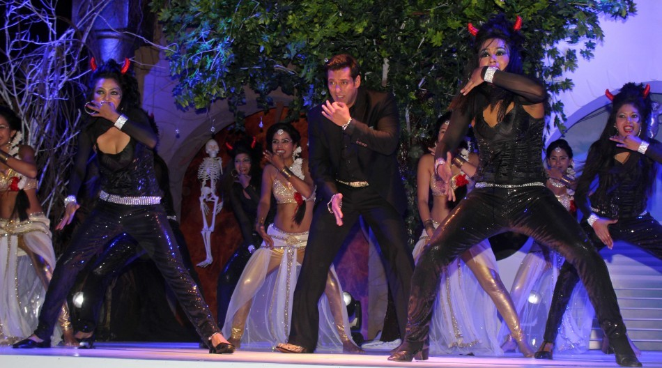 Salman performs with dancers dressed as angels (photo Varinder Chawla)