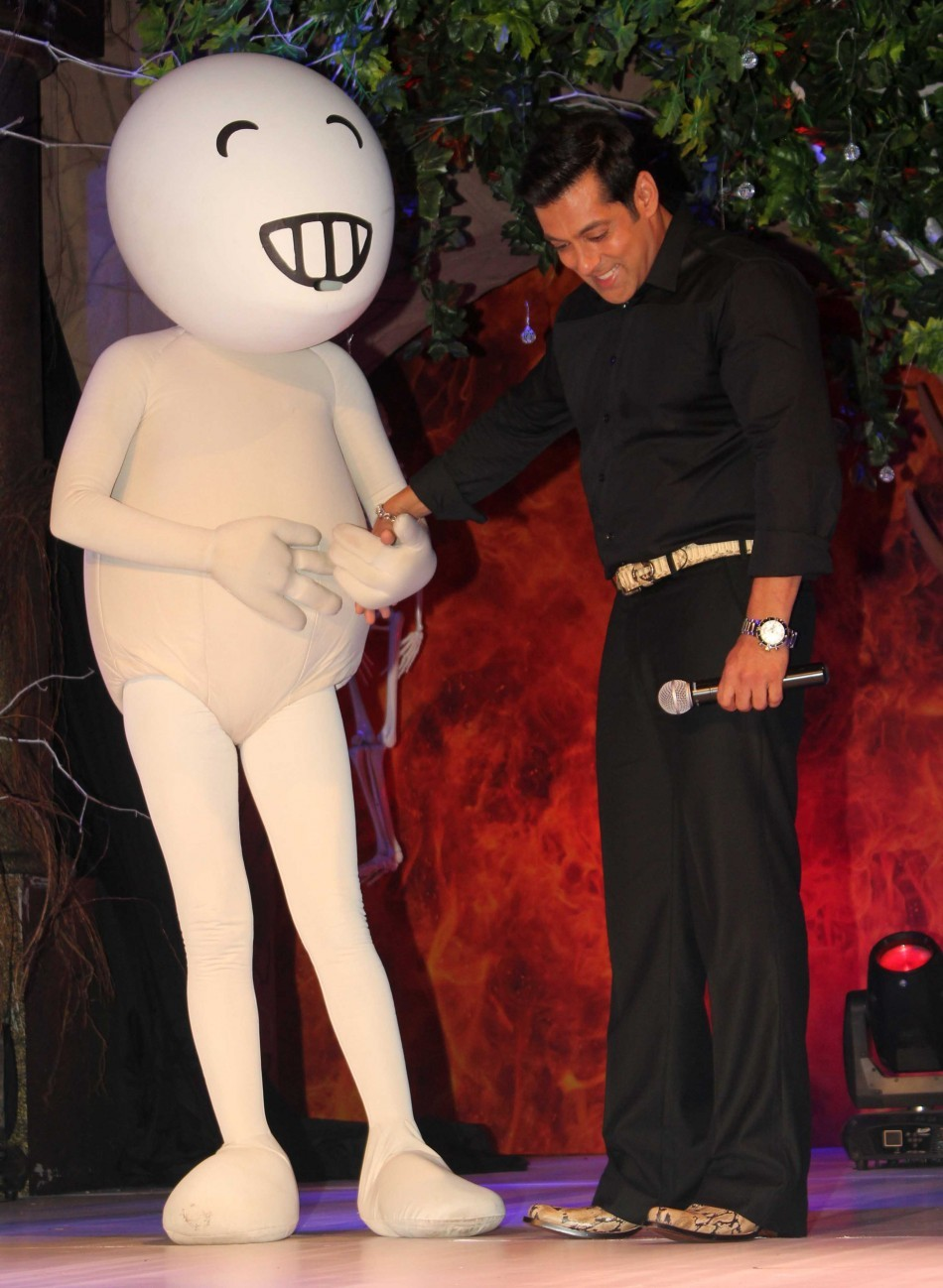 Salman Khan laughs it out  with Vodafone mascot (photo Varinder Chwla)