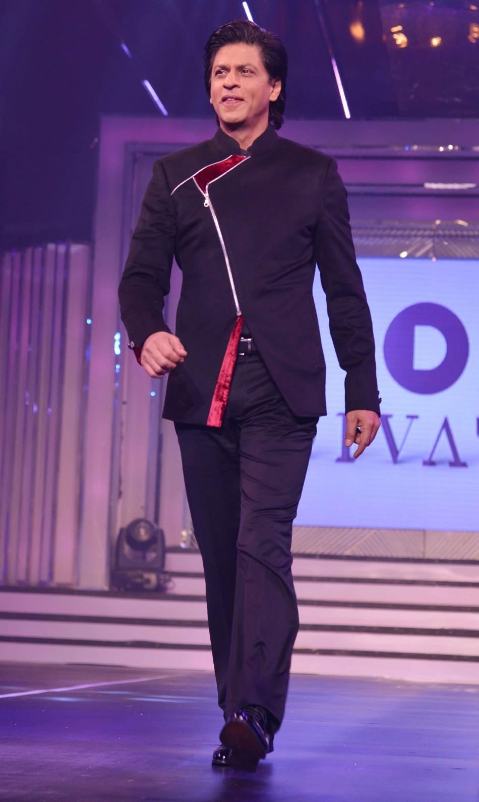 Shah Rukh Khan walks the ramp (varinder chawla)