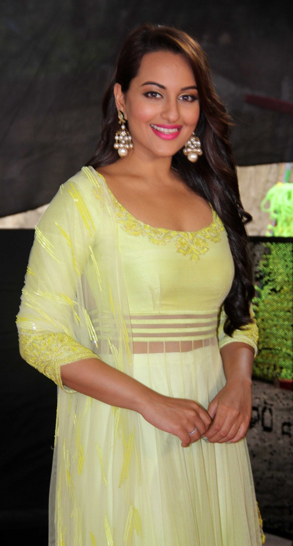 Sonakshi Sinha Arrives for Star Plus Diwali Show [PHOTOS]