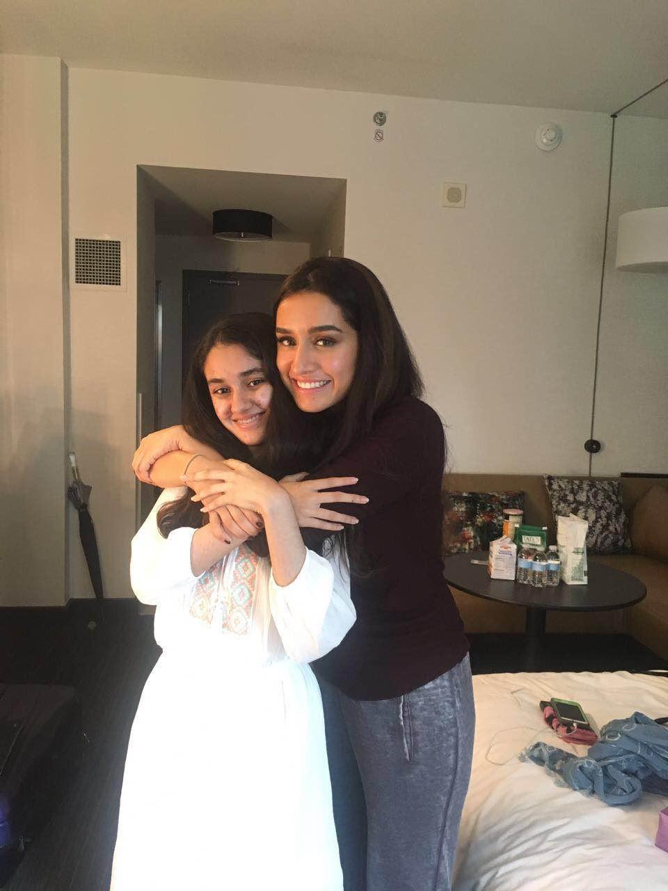 Shraddha Kapoor,Shraddha Kapoor with her fan,Shraddha Kapoor fan,Shraddha with her fan,Half Girlfriend,half girlfriend cast,shahid half girlfriend,Samina