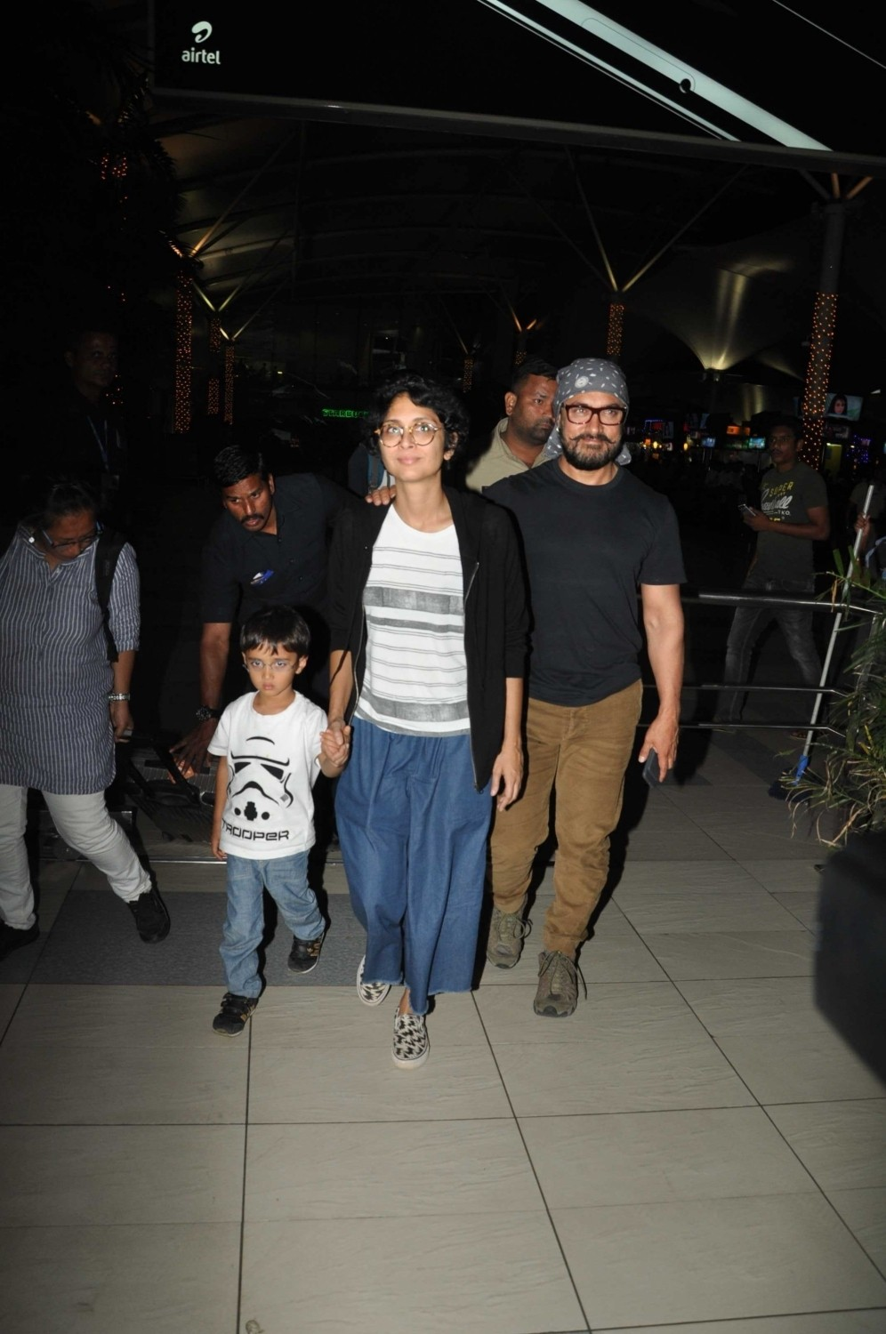 Aamir Khan,Kiran Rao,Azad Rao Khan,Aamir Khan & family returns from holidays,Aamir Khan spotted at Mumbai Airport,Aamir Khan wife Kiran Rao