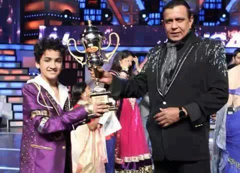 Faisal Khan receiving the winners' trophy from grand master Mithun Da. (Facebook)
