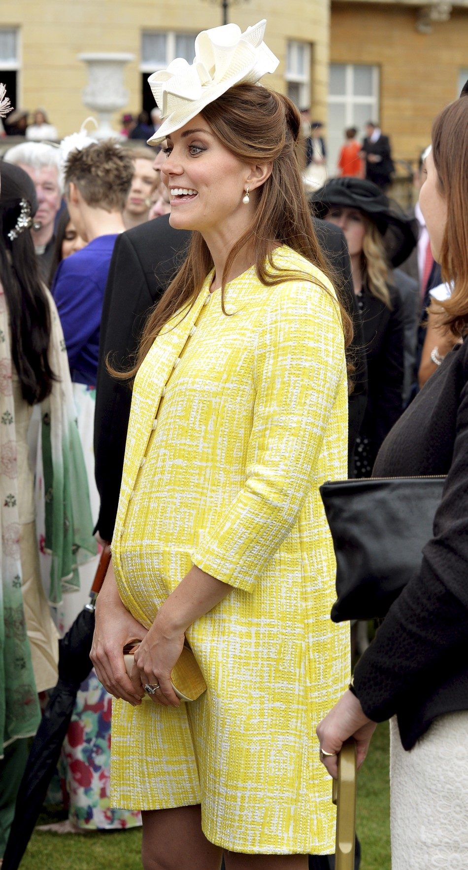 Kate middleton 39 s baby bump photos pregnant duchess for Gardening while pregnant
