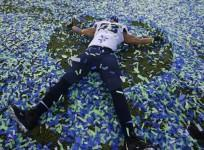 seattle-seahawks-malcom-smith-makes-an-angel-in-the-confetti-after-his-team-defeated-the-denver-bronocs-in-the-nfl-super-bowl-xlviii-football-game-in-east-rutherford-new-jersey-february-2-2014-reuters-shannon-stapleton