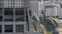 us-daredevil-walks-a-highline-across-thai-buildings