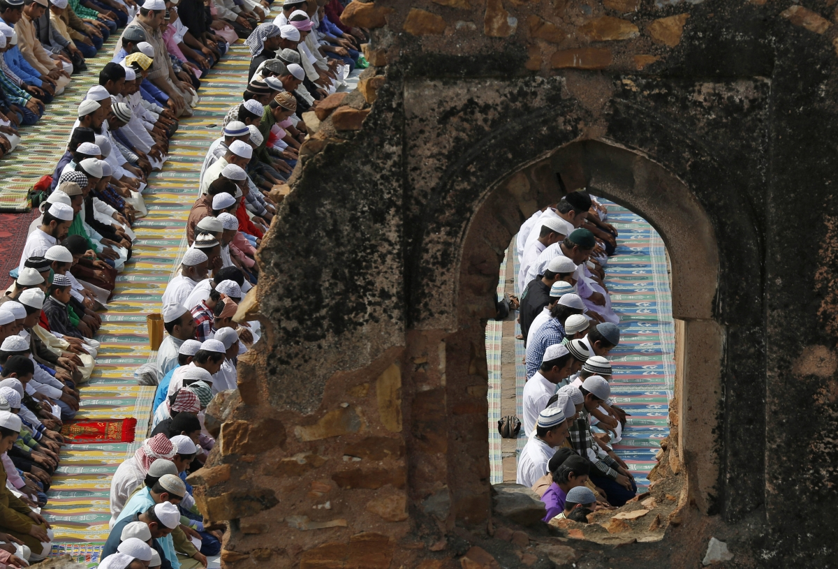 how is eid al fitr celebrated How is eid al-fitr celebrated on the day of eid, muslims gather at mosques in the morning to perform the eid prayer,.