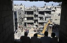 An Israeli air strike has killed three senior Hamas military commanders in the Gaza strip on Thursday.