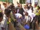 swachh-bharat-campaign-pm-modi-wields-broom-at-valmiki-basti