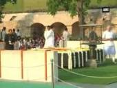 pm-modi-pays-homage-to-mahatma-gandhi-at-rajghat