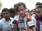 shashi-tharoor-participates-in-cleanliness-drive