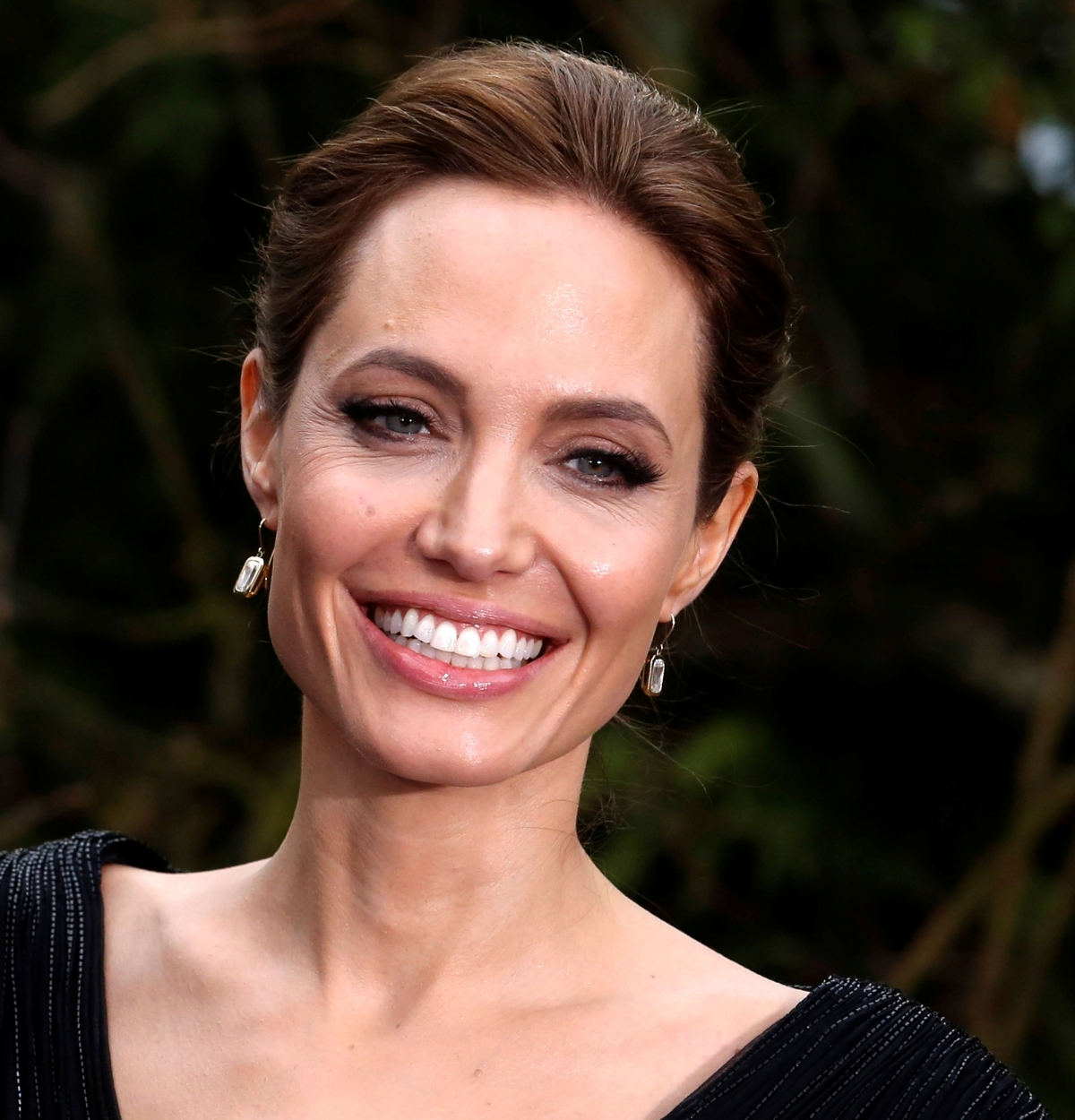 Angelina Jolie Wants to be a Better Wife to Brad Pitt ... Angelina Jolie