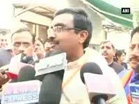 reactions-pour-in-after-hrd-minister-smriti-irani-pays-visit-to-astrologer
