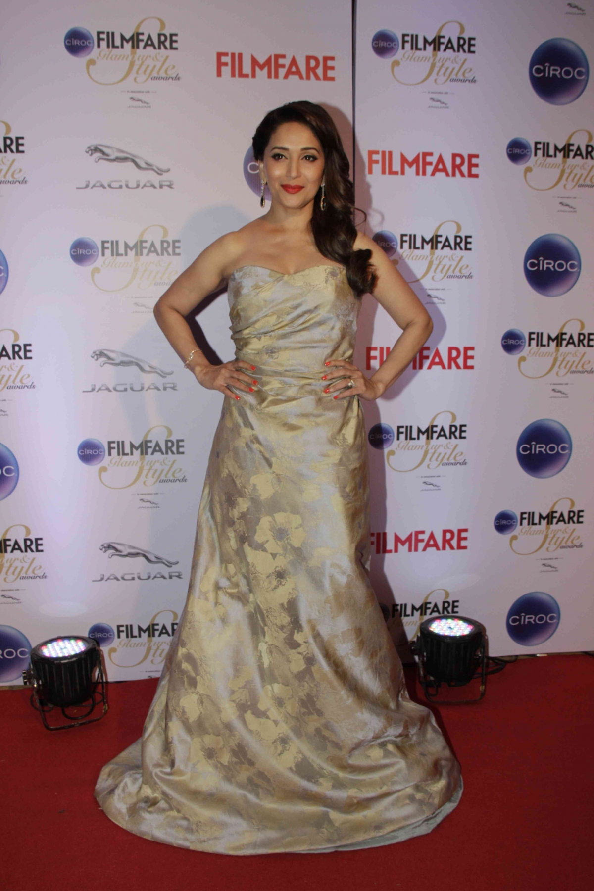 http://data1.ibtimes.co.in/en/full/564745/filmfare-glamour-style-awards-2015-sonam-kapoor-shruti-haasan-other-worst-dressed-celebs.jpg