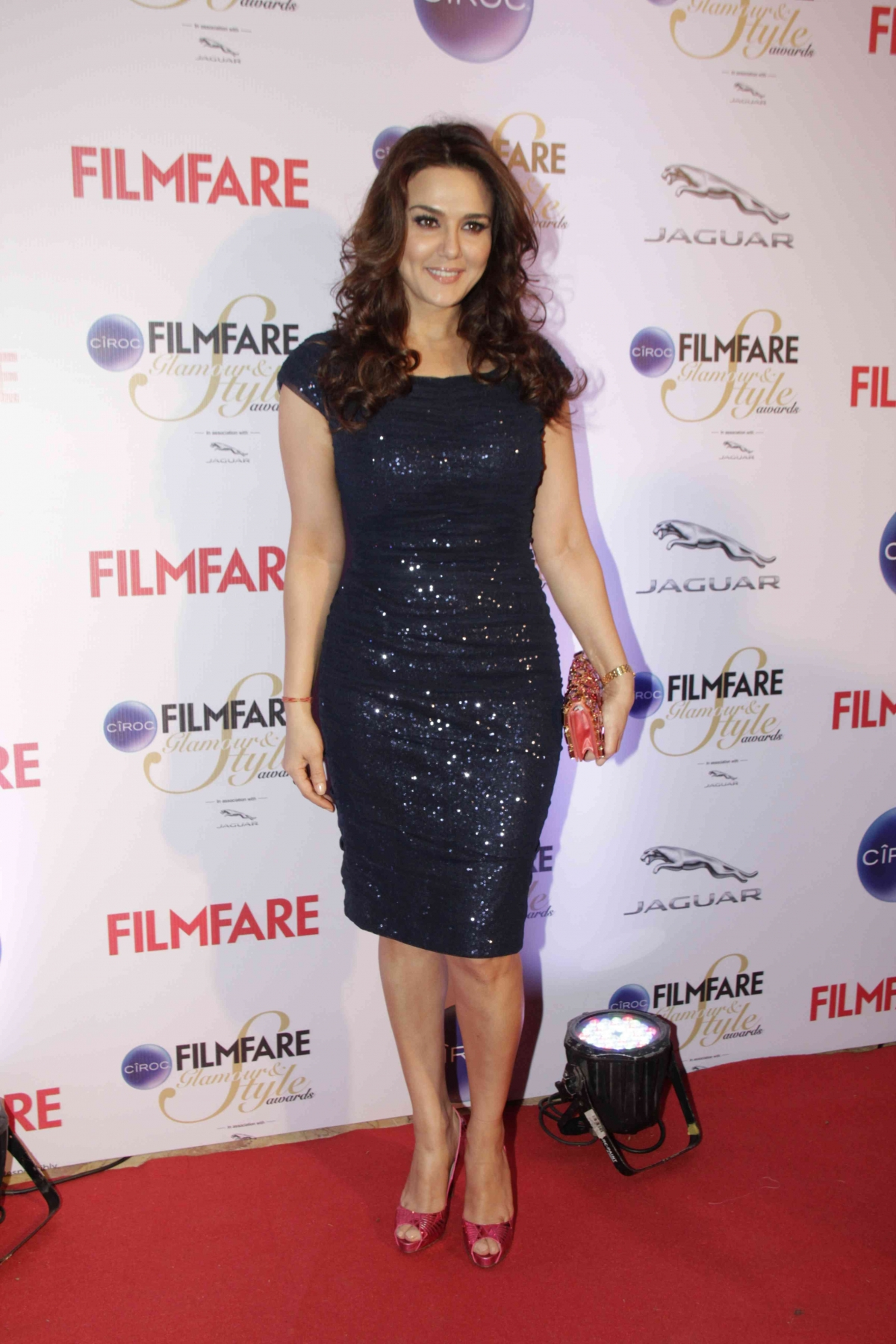 http://data1.ibtimes.co.in/en/full/564788/kareena-kapoor-khan-jacqueline-fernandez-alia-bhatt-other-best-dressed-divas-filmfare-glamour.jpg