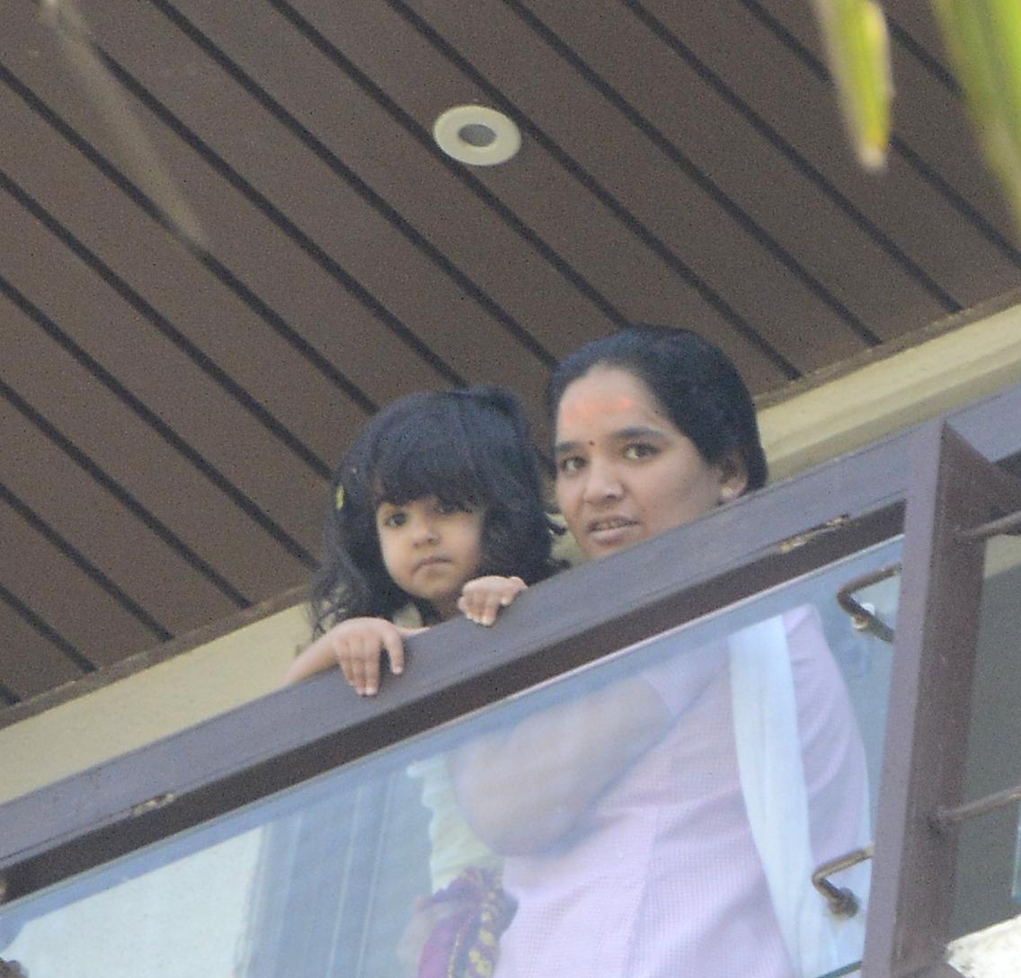 Akshay Kumar Plucks Mangoes with Daughter Nitara, Twinkle ...