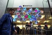 shoppers-flock-to-try-on-the-apple-watch