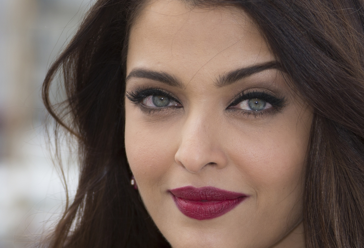 Cannes Film Festival 2015 Aishwarya Rai Bachchan Looks Breathtaking Strapless Red Gown Outshines 633019 in addition Carolina Gomez besides Princess Tessy Luxembourg Style further From nancy reagan to jackie o 18 memorable first lady style moments  38633 also The Wedding Of John F Kennedy And. on oscar de la renta 1994
