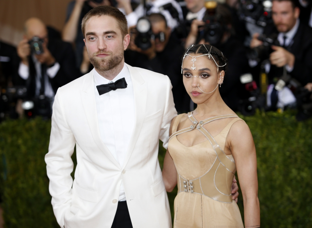 Who does robert pattinson hookup now