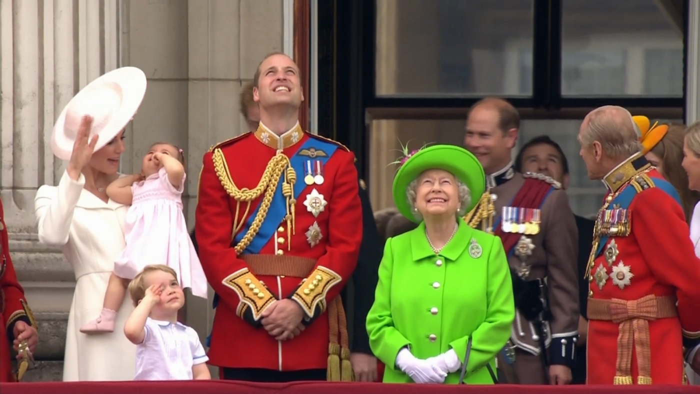 Queen and the royal family stand on the balcony for the for Queen on balcony