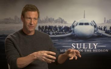 Aaron Eckhart on fanboying over Tom Hanks and filming the water landing in Sully