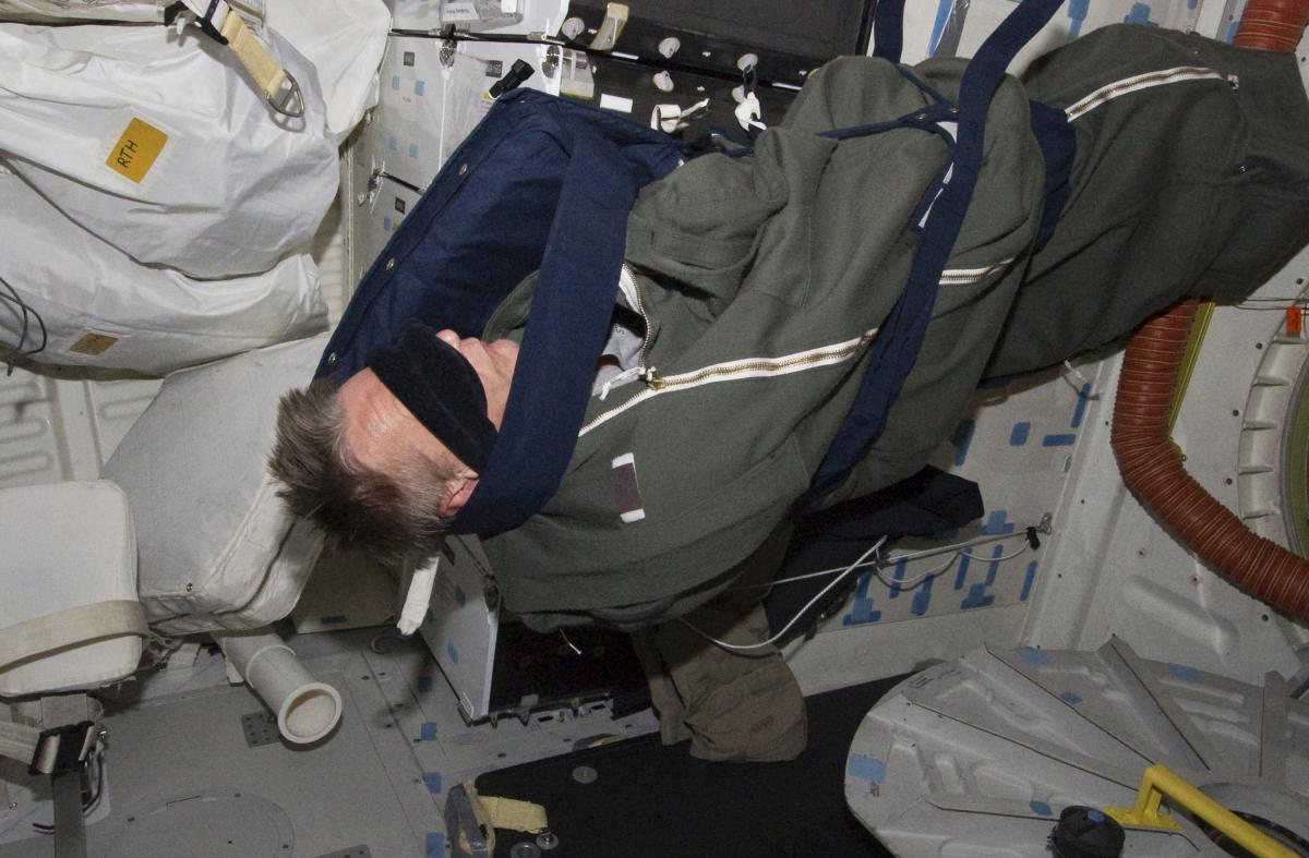 astronaut in the spaceship - photo #48