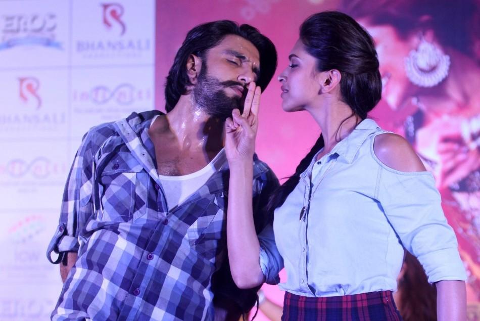 Ranveer Singh kisses Deepika Padukone virtually and left ...