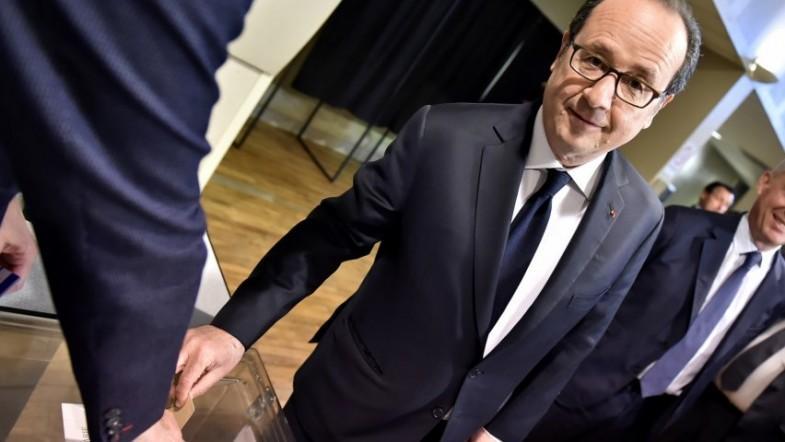 Francois Hollande calls on French to back Emmanuel Macron