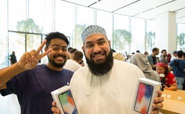 Customers with iPhone X in Dubai