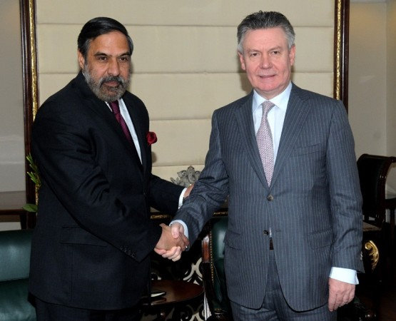 Anand Sharma (L), Karl De Gucht