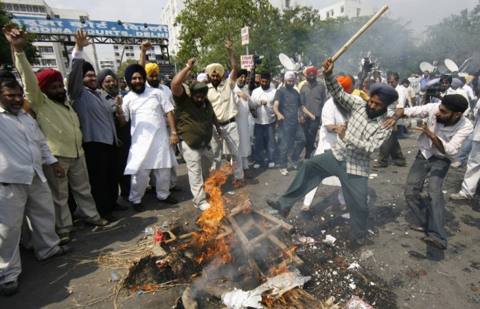 Sikhs beat effigies of Jagdish Tytler and Sajjan Kumar in New Delhi