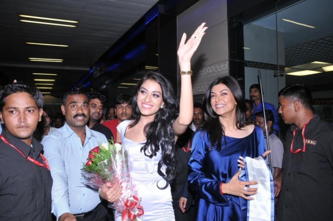 Miss Asia Pacific 2012 Himangini Singh Yadu greets fans at Mumbai Airport: Image: Facebook/ I AM SHE