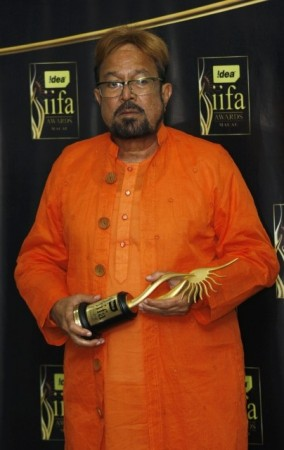 File photo of Bollywood actor Rajesh Khanna posing with his Lifetime Acheivement award at the 10th International Indian Film Academy in Macau